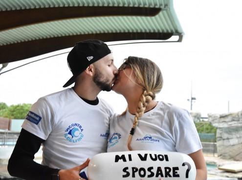 Proposta di matrimonio per Fabio a Gaia tra i delfini